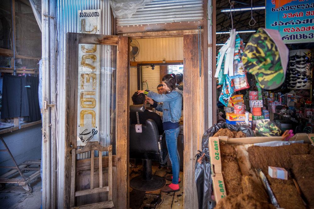 Batum/Georgien, 5/ 2017 Eines der seltenen Bilder auf dieser Welt. Eine junge Frau rasiert einen Mann. Der Anblick löst Irritationen aus, da es sich um ein traditionelles Männerbrevier handelt. Ein postsozialistisches Bild?