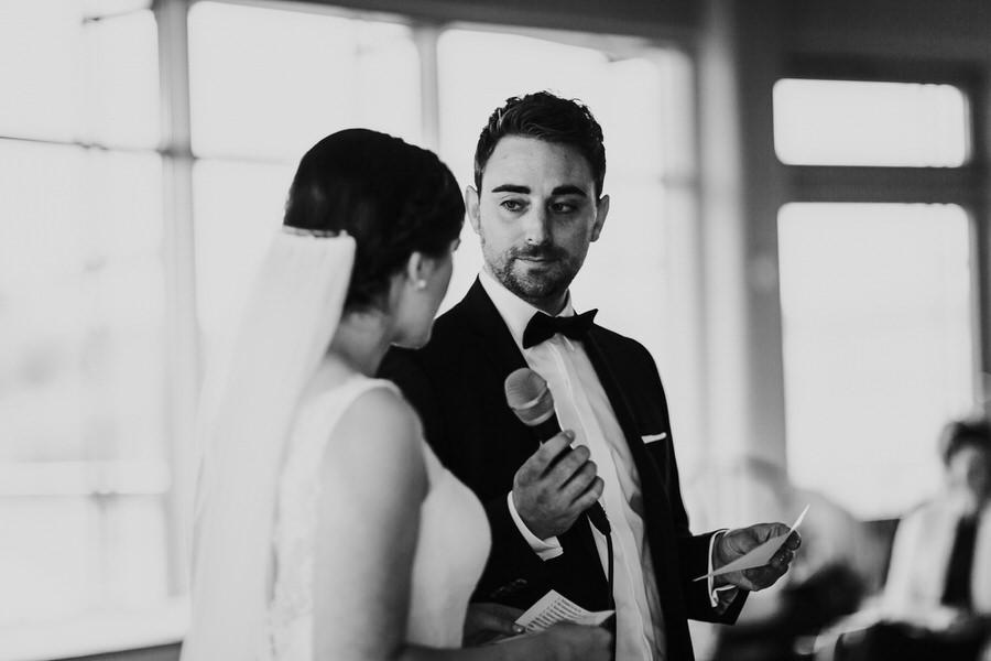 Porträt vom Bräutigam während der Trauung