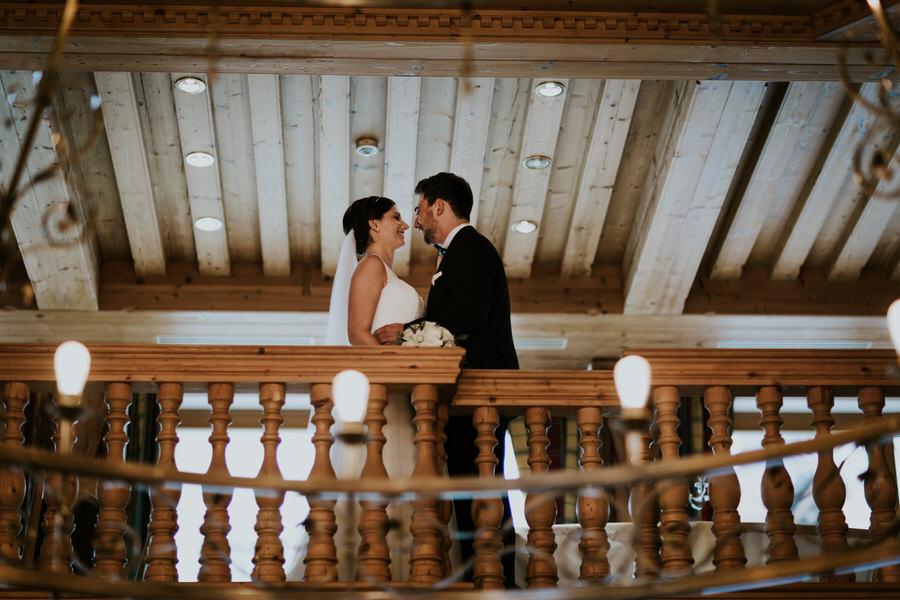 Brautpaar steht am Gelände der  Galerie