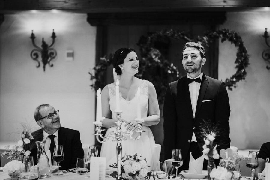 Brautpaar begrüßt die Gäste vor dem Essen
