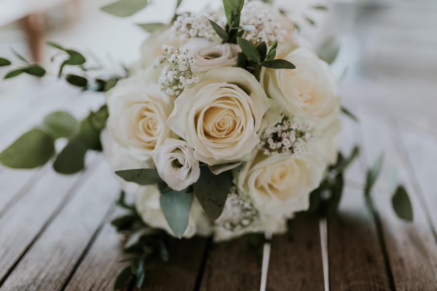 Nahaunahme vom Blumenstrauß auf dem Holztisch