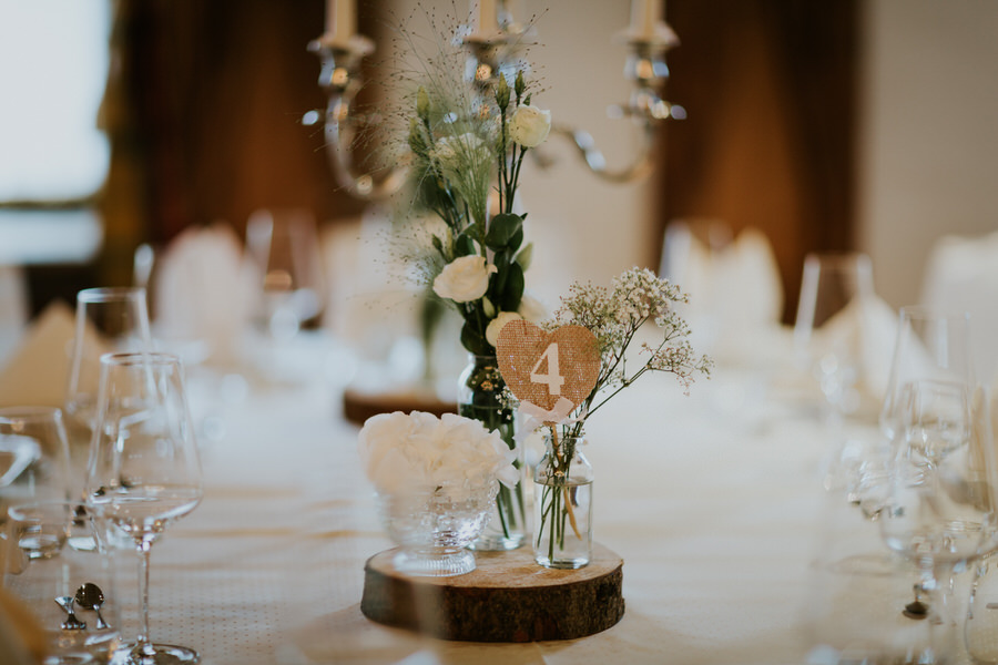 Vintage Tischdeko mit Tischnummer und Blumen