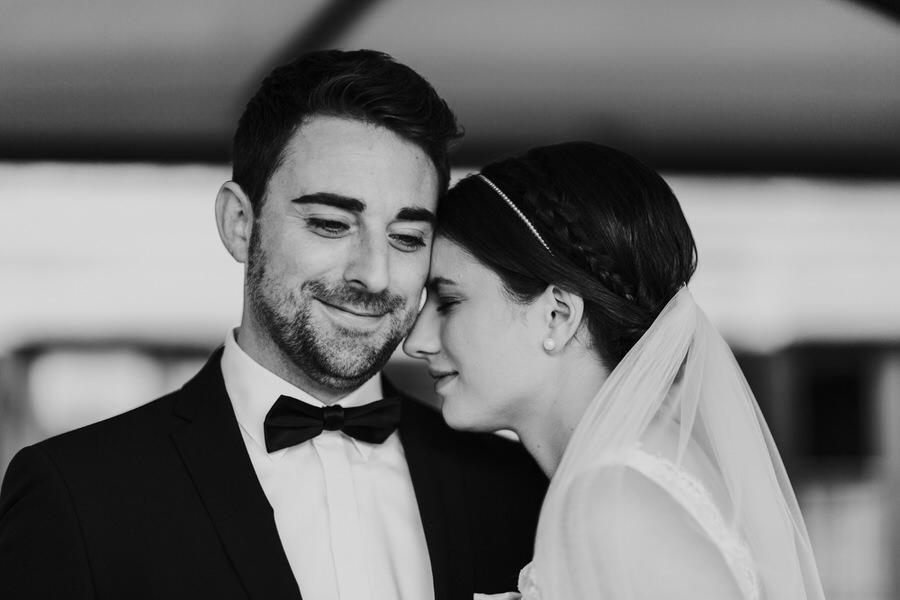 Braut lehnt den Kopf gegen dem Bräutigam an