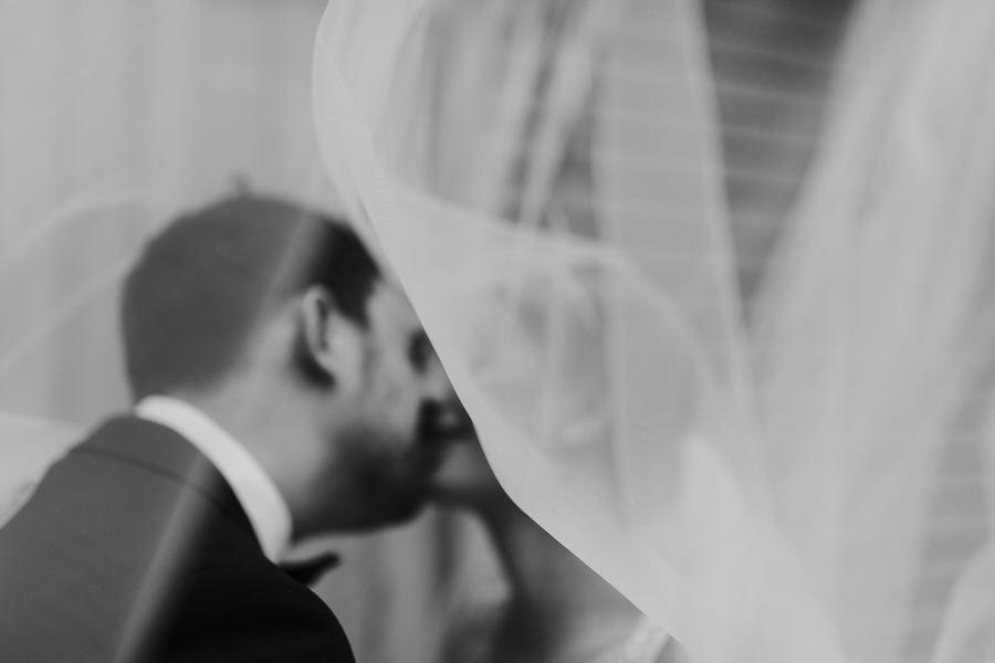 Schleier beim Wind vor dem Brautpaar