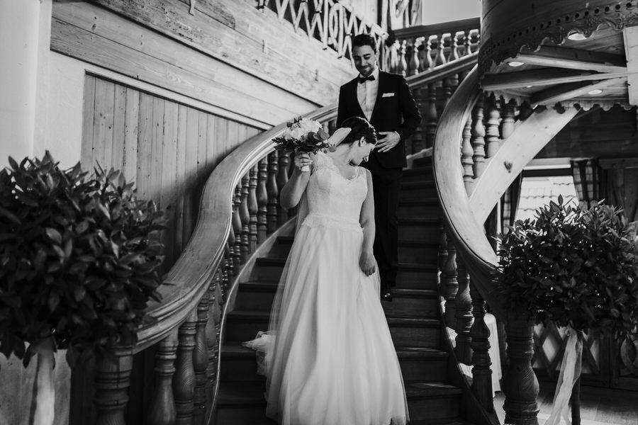 Braeutigam bewundert Braut im Brautkleid