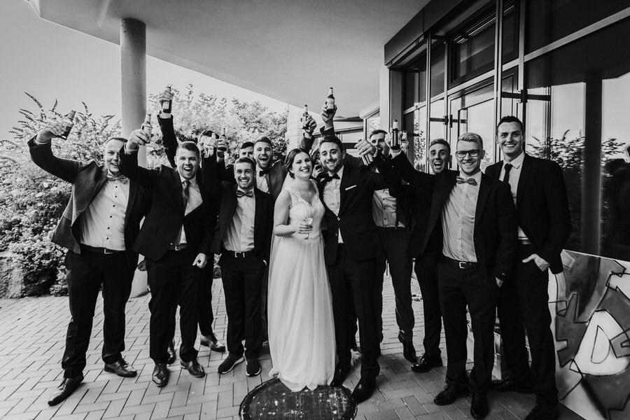 Gruppenbild vom Brautpaar mit Freunden