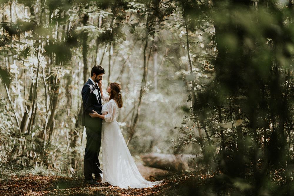 Brautpaar mitten im Wald