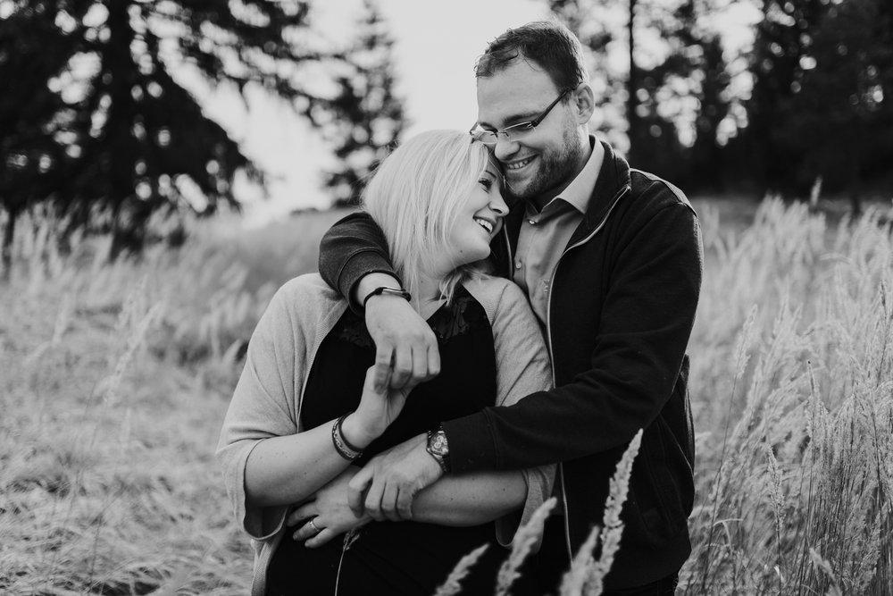 Brautpaar lacht miteinander auf der Wiese