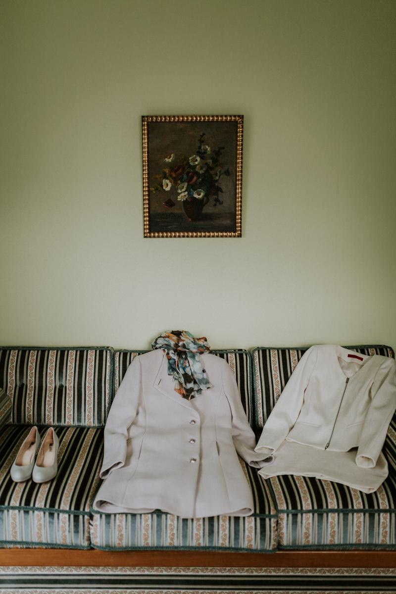 Brautschuhe und Brautanzug liegen auf einer Sofa