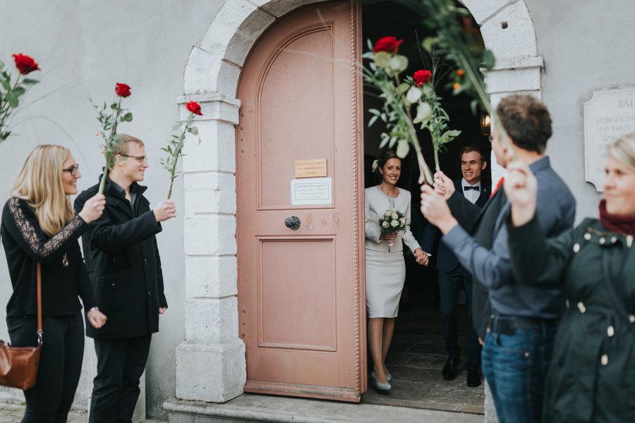 Auszug des Brautpaares mit dem Spalier vor dem Schloss