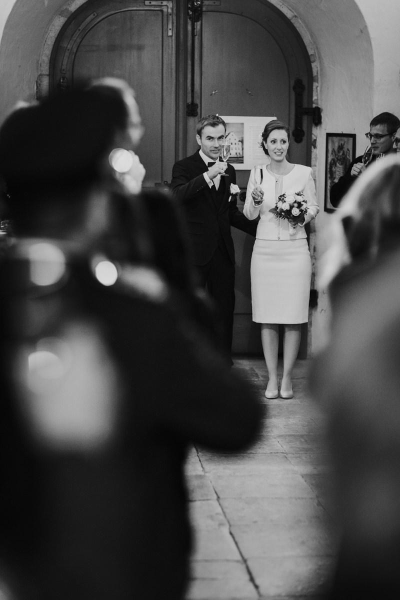 Begruessung des Brautpaares beim Sektempfang nach der Trauung
