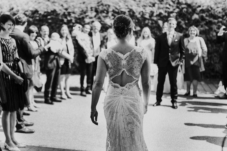 Braut geht aus dem Hotel im Brautkleid