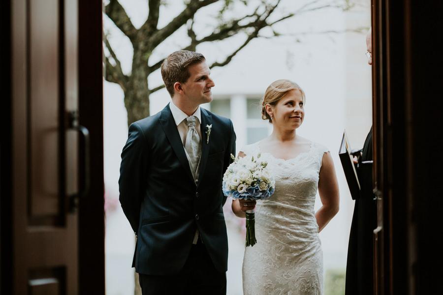 Brautpaar redet mit dem Pfarrer der Kirche in Lauchheim