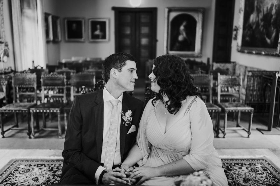 Brautpaar sitzt im leeren Trauzimmer