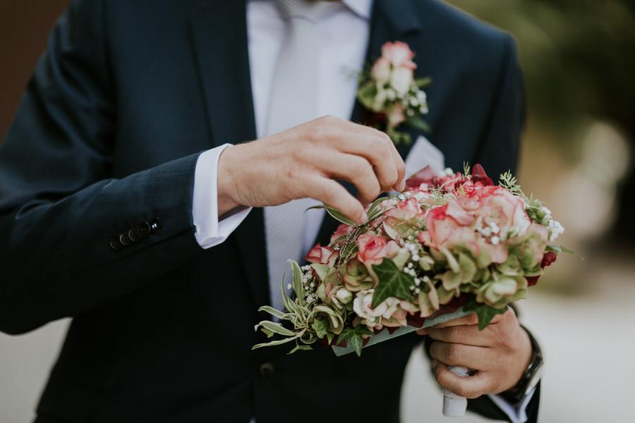 Braeutigam hält den Brautstrauss