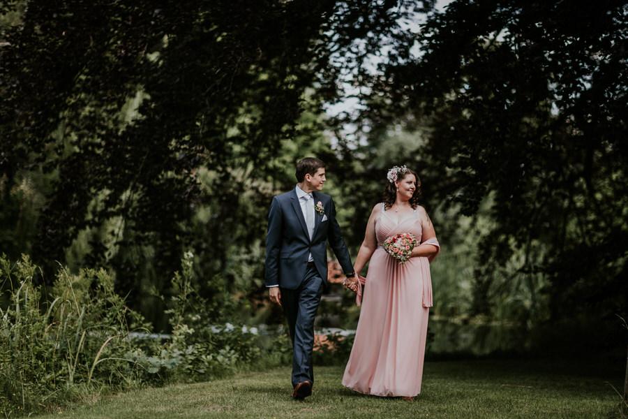 Braeutigam und Braut am Schloss Fachsenfeld