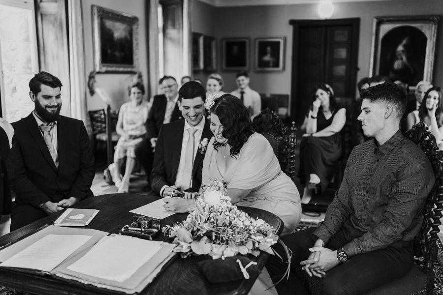 Braut unterschreibt Unterladen waehrend der Trauung