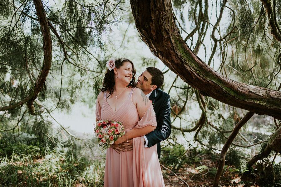 Brautpaar steht unter dem grossen Ast des Mammutbaums am Schloss Fachsenfeld