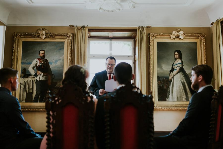 Brautpaar mit den Trauzeugen vor dem Standesbeamten waehrend der Trauung