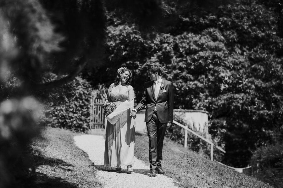 Brautpaar spaziert an der Sonne
