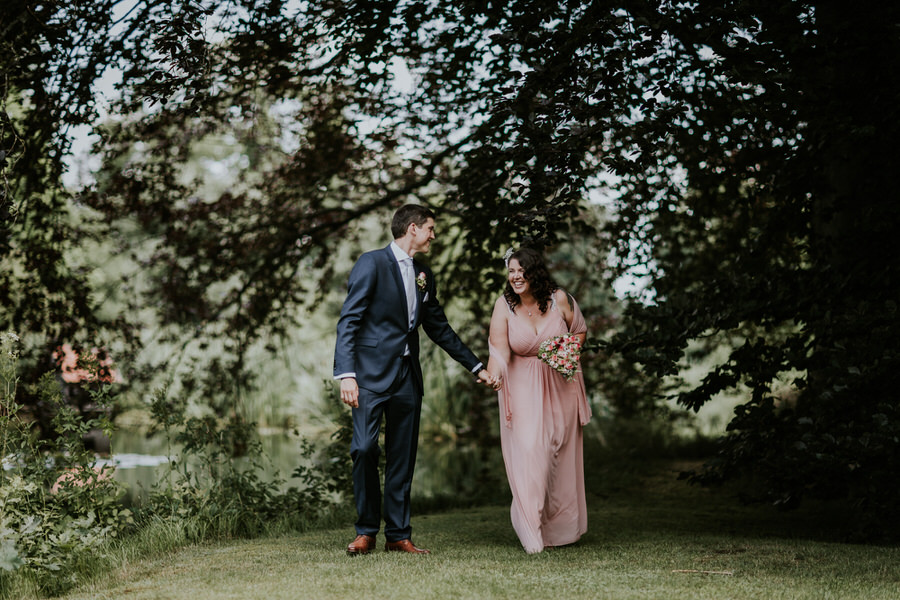 Brautpaar geht am Weiler spazieren