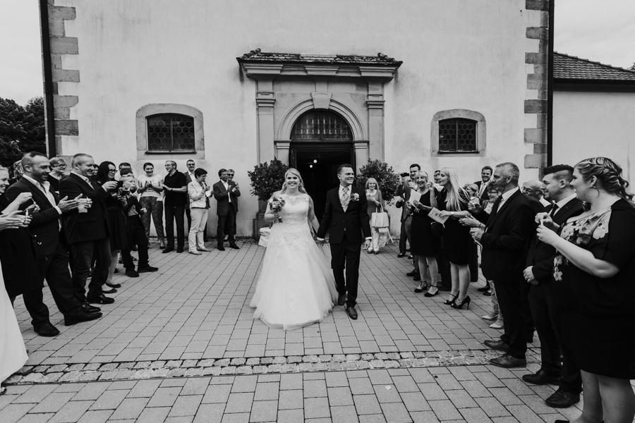 Anastasia Vyatkina - Fotograf Hochzeit Ulm - Gästeempfang beim Auszug.jpg