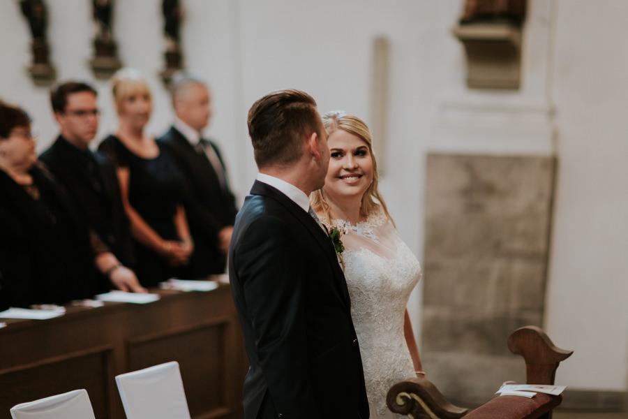 Anastasia Vyatkina - Hochzeitsfotograf Günzburg - Brautpaar während der Trauung.jpg
