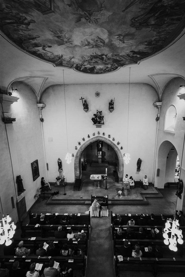 Anastasia Vyatkina - Hochzeitsfotograf Ellwangen - Kirchliche Trauung von oben.jpg