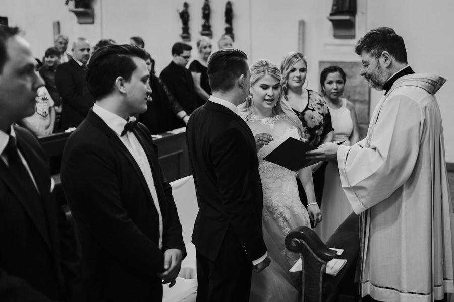 Anastasia Vyatkina - Hochzeitsfotograf Heidenheim - Ringentausch in der Kirche.jpg