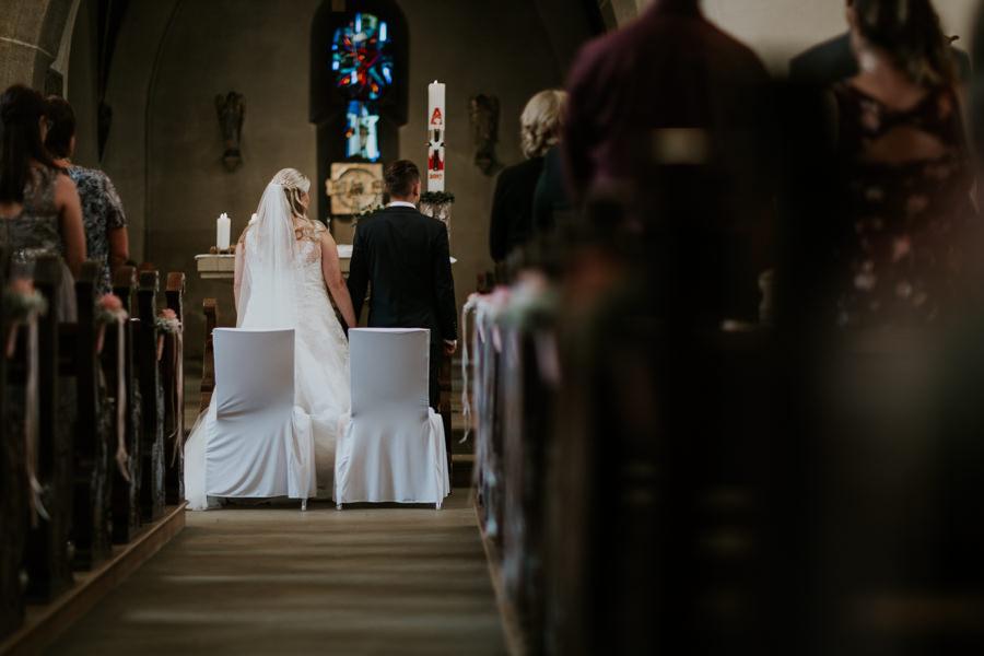 Anastasia Vyatkina - Hochzeitsfotograf Ulm - Brautpaar während der kirchlichen Trauung.jpg