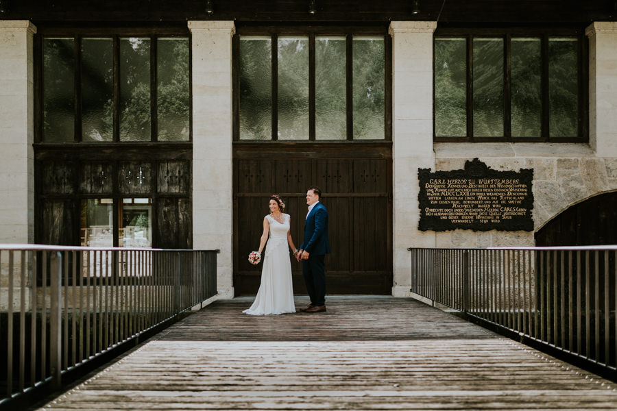 Anastasia Vyatkina - Hochzeitsfotograf Heidenheim-Brautpaar auf der Brücke.jpg