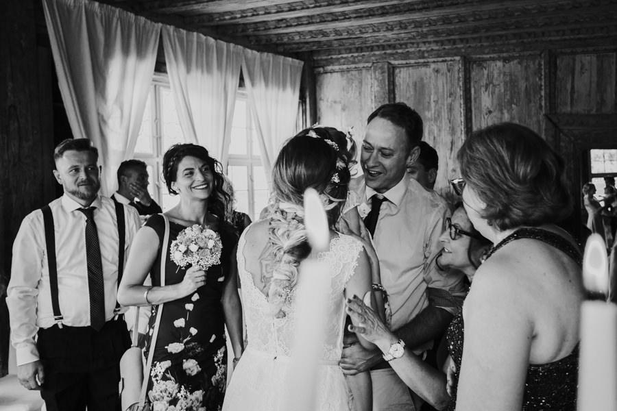 Glückwünsche der Gäste nach der Trauung - Hochzeitsfotograf Ostalbkreis.jpg