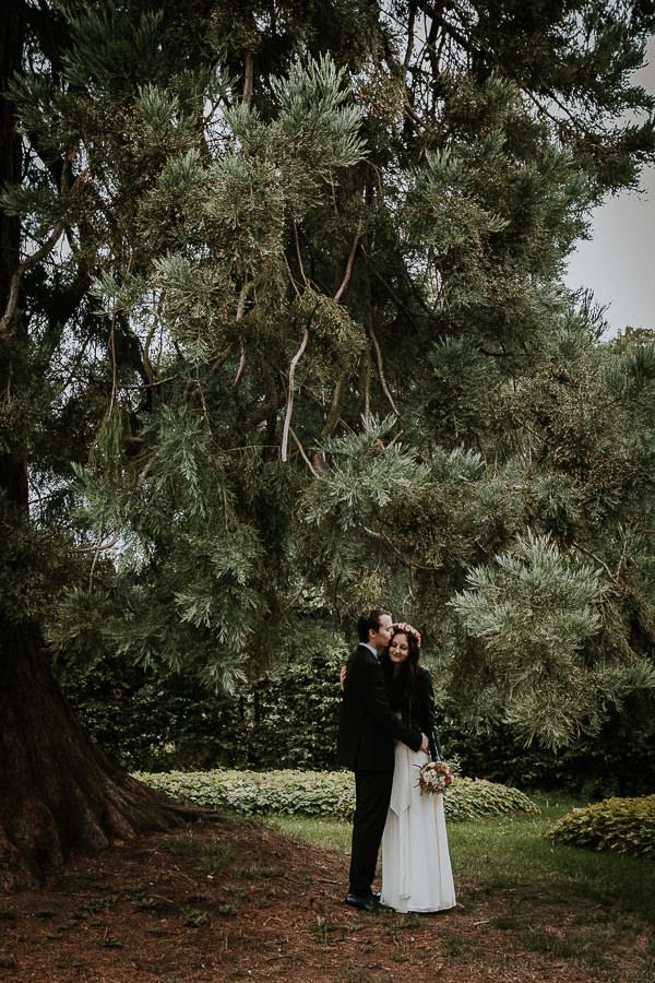 Brautpaar beim Paarshooting neben dem Mammutbaum im Abstgmünd