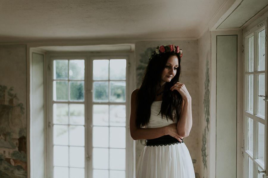 Braut schaut aus dem Fenster