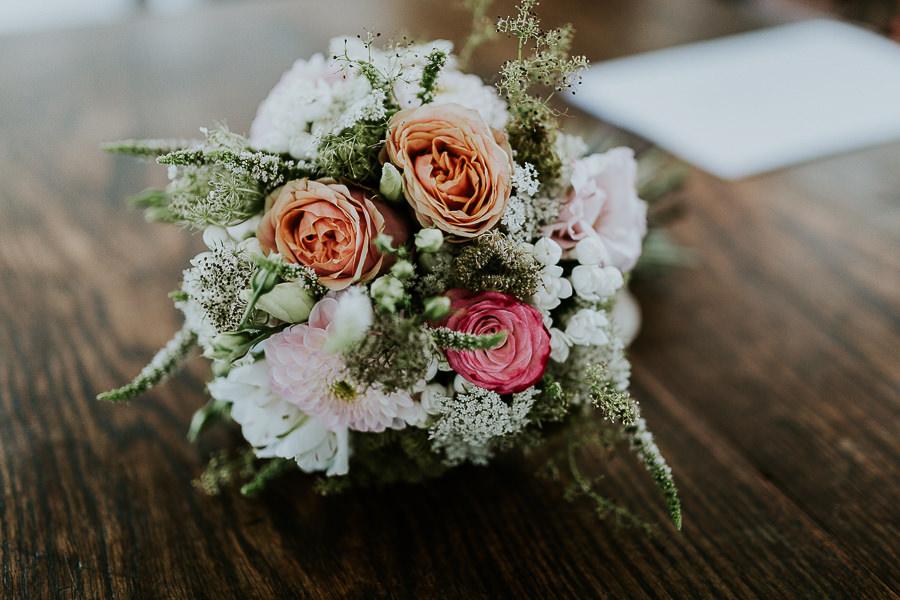 Blumenstrauß mit Rosen