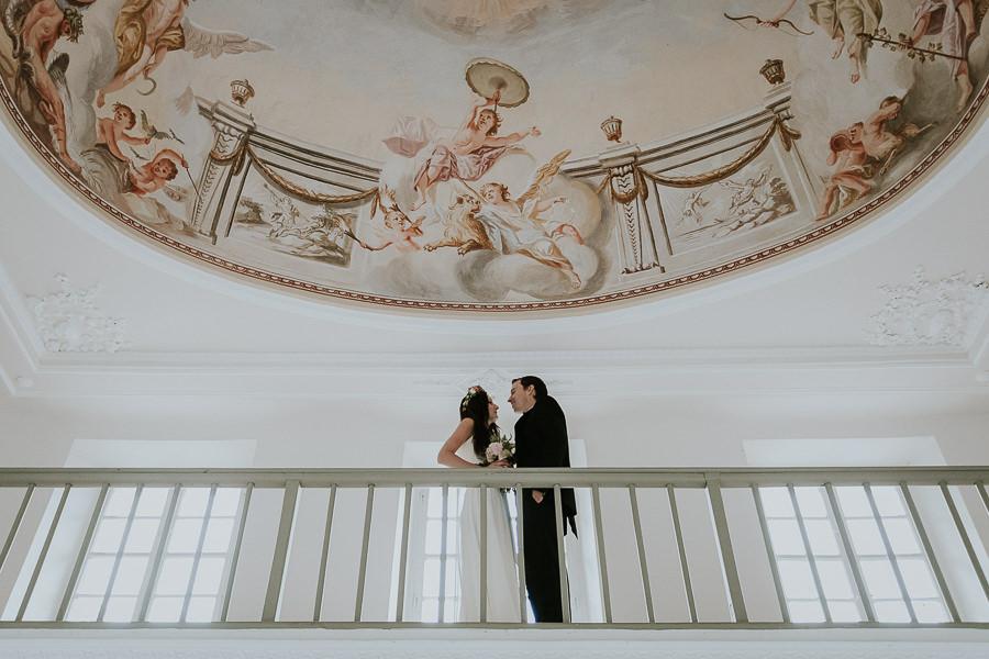 Brautpaar auf dem Balkon im Lusthaut beim Brautpaarshotiing nach der Trauung