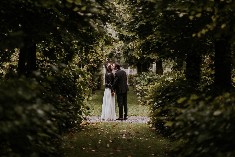 Brautpaar im Schlosspark des Schloss Hohenstadt beim Paarshooting mit Hochzeitsfotografin aus Ostalbkreis