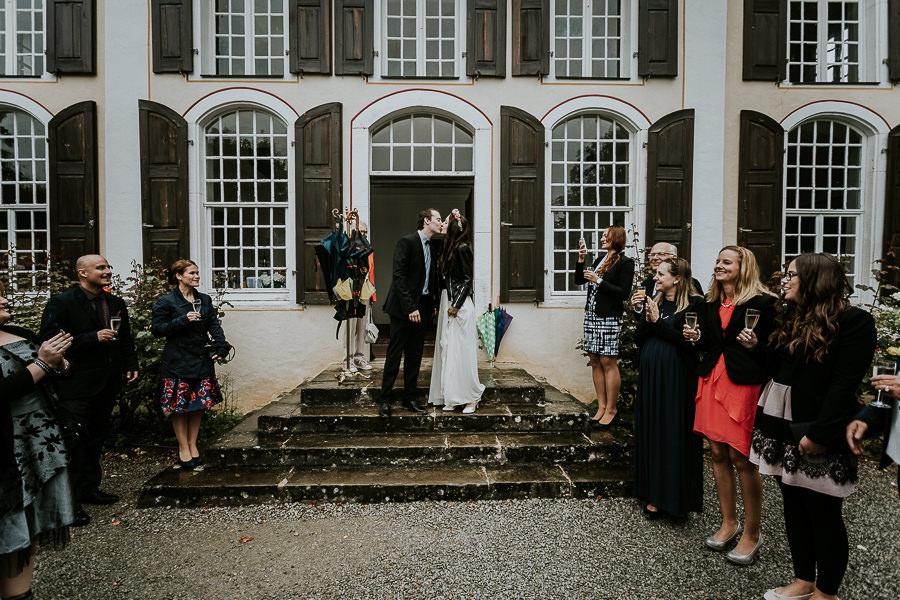 Gäste begrüßen das Brautpaar nach der Trauung am Schloss Hochstadt mit Hochzeitsfotografin in Ostalb Anastasia Vyatkina