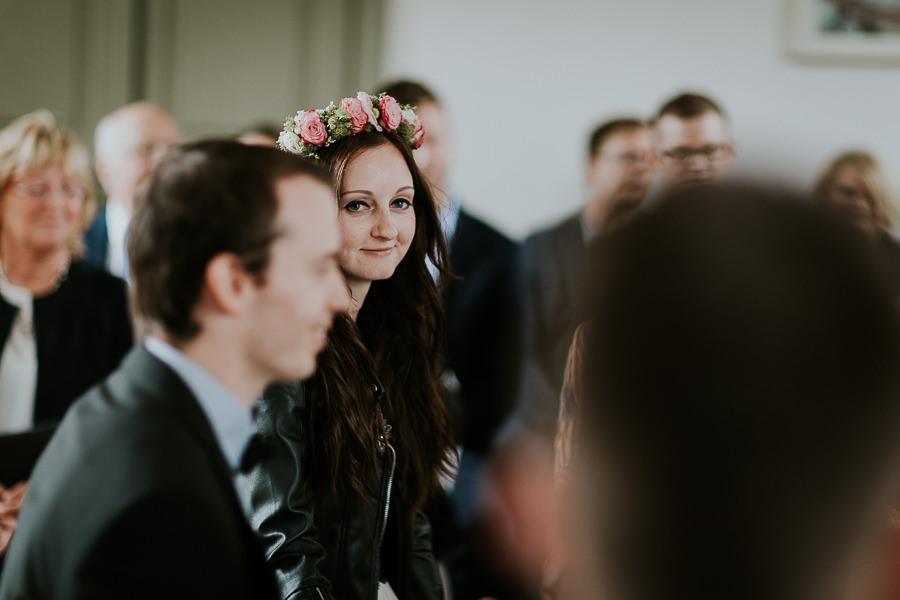 Braut schaut einen Gast während der Trauung an