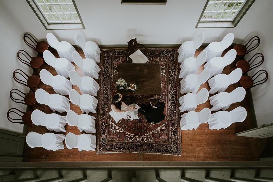 Brautpaar im Trauzimmer von oben aufgenommen