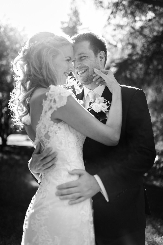 Schwarz-weisses Foto vom Brautpaar auf der Insel Mainau