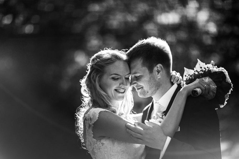 Brautpaar beim Abendlicht am Bodensee mit der Hochzeitsfotograf Kostanz Anastasia Vyatkina