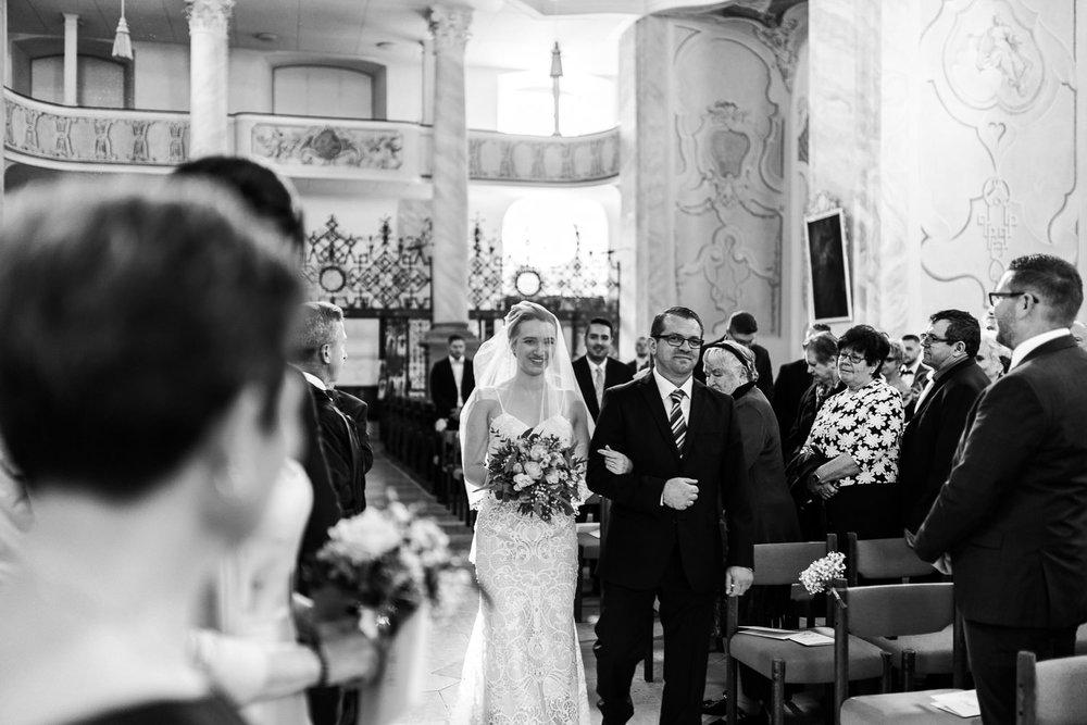 Einzug der Braut mit Papa in die Kirche mit Hochzeitsfotografin Anastasia Vyatkina