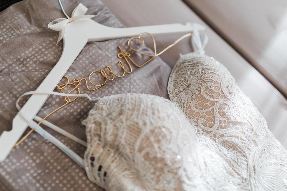 Brautkleid liegt auf dem Bett mit dem Schriftzug beim Getting Ready mit Fotografin aus Heidenheim Anastasia