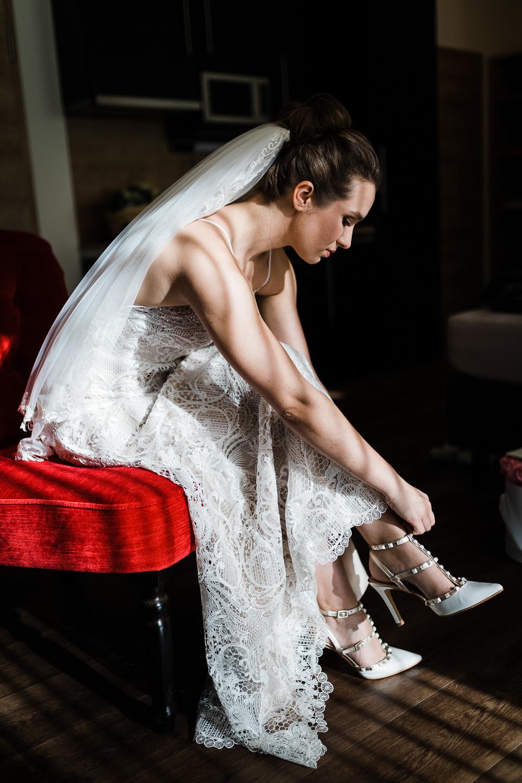 Braut zieht Brautschuche an während der Hochzeitsfotoreportage in Ellwangen