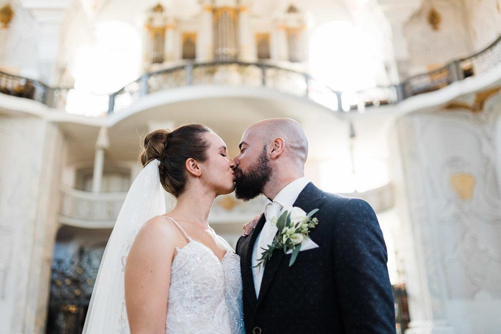 Kuss des Brautpaares nach der Trauung in Ellwangen