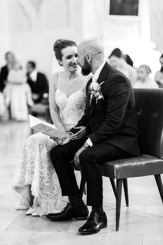 Braut lacht mit dem Braeutigam bei der Trauung vor de Linse der Hochzeitsfotografin aus Heidenheim