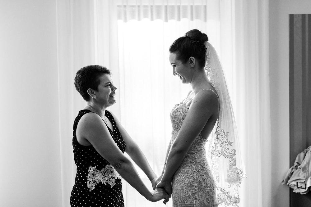 Mama und die Braut während der Hochzeitsfotoreportage mit Anastasia Vyatkina