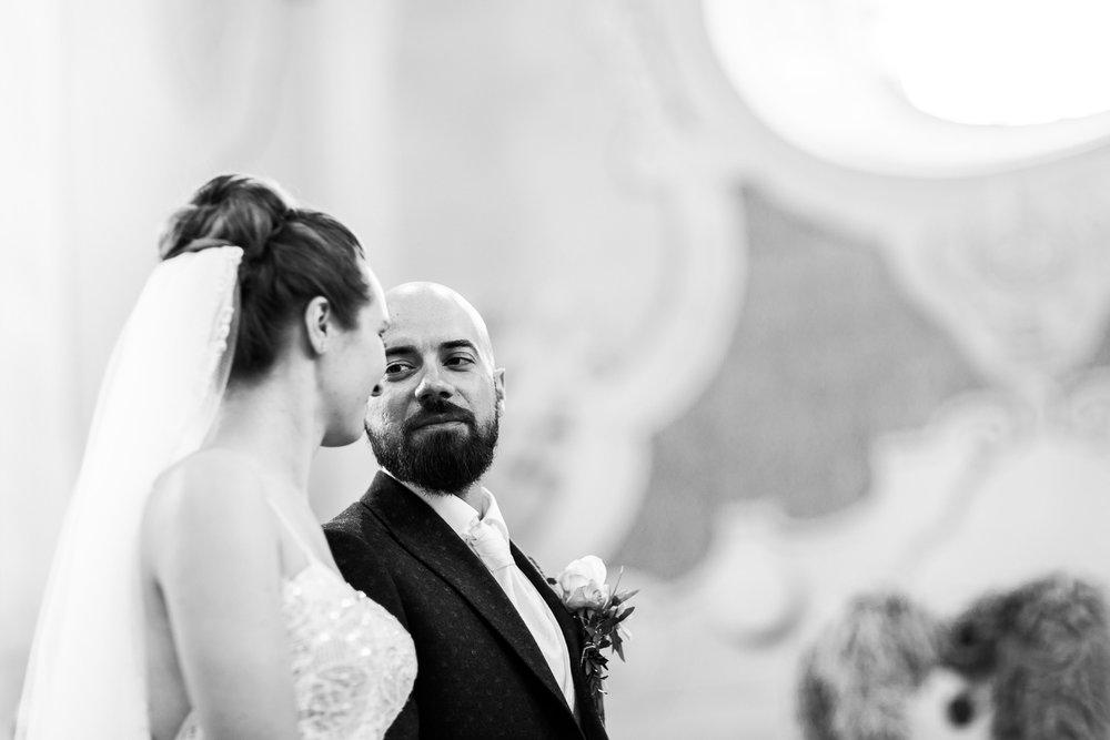 Braeutigam schaut die Braut an bei der Trauung