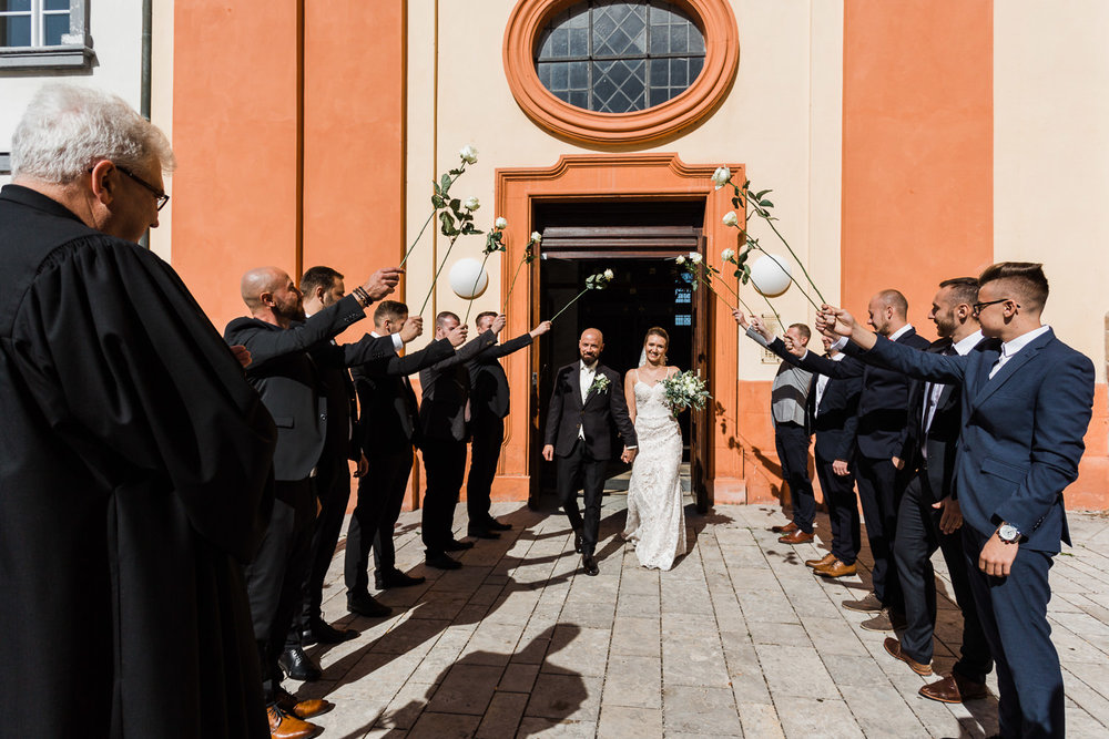 Auszug des Brautpaares aus der Kirche nach der Trauung in Ellwangen